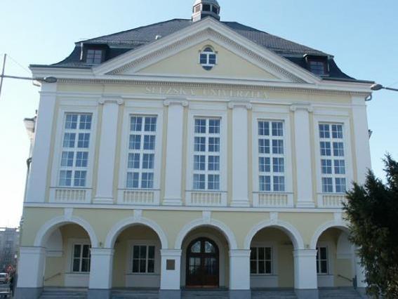 Popis: Slezská univerzita v Opavě.