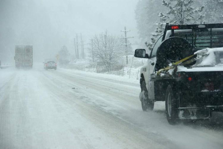 O víkendu nasněží i v nížinách. Silničáři vyzývají k opatrnosti