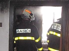 Při požáru ve sklepě bytového domu v Ostravě hasiči pomocí vyváděcích masek zachránili devět lidí