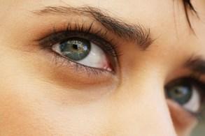 Oči sice nikdy nespí, odpočinek ale potřebují. Usínání u televize nebo monitoru počítače kvalitní spánek nepřinese