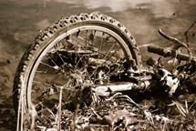 Od sražených cyklistů řidiči ujeli, oba jezdci na kolech skončili v nemocnici