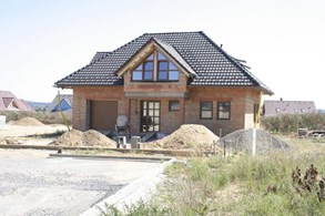 Stavebnictví dusí nedostatek materiálu, na cihly se tvoří pořadníky