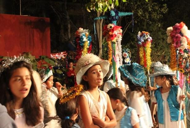 Popis: Mexické děti v tradičním vánočním průvodu.