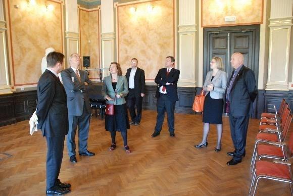 Popis: Návštěva rakouského velvyslance v Collegiu Bohemicu, o.p.s.
