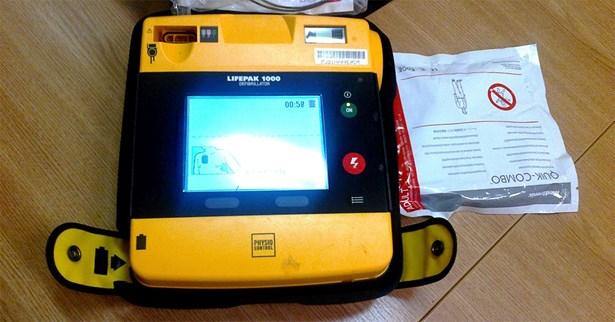 Popis: Strážníci k obnovení srdeční činnosti použili automatizovaný externí defibrilátor.