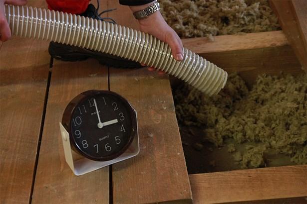 Popis: Izolace dutého stropu trvá 3 hodiny.