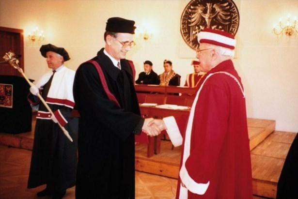 Popis: Prof. Jaroslav Smítal (vlevo) přijímá na Akademickém dni Slezské univerzity v Opavě 2. května 1995 gratulaci rektora prof. Martina Černohorského ke jmenování prorektorem.
