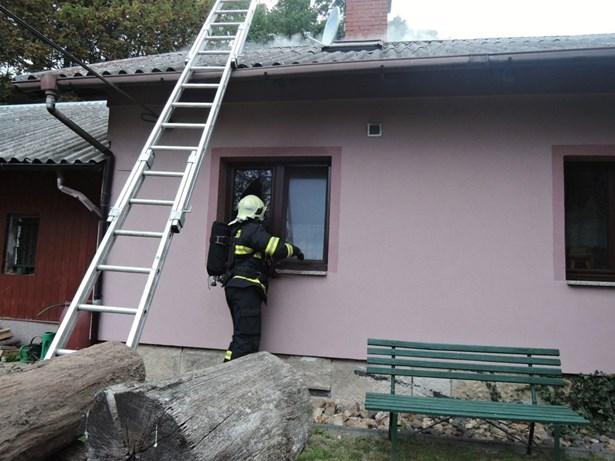 Popis: Požár zničil část rodinného domku, škoda je 400.000 Kč.