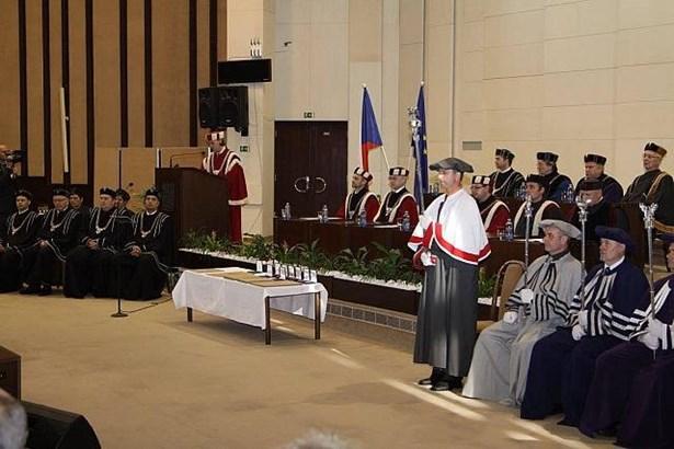 Popis: Rektor Slezské univerzity v Opavě přednesl Zprávu o stavu univerzity a vyznamenal řadu osobností.