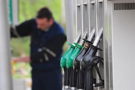 V oblíbených destinacích je litr benzínu dražší až o 9 korun. Kde natankovat na cestě k moři?