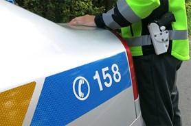 Opilý muž útočil vozidlem na policistu, agresivita řidičů stoupá
