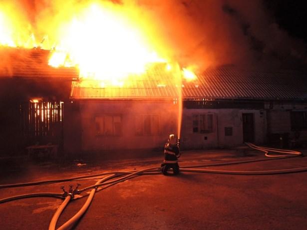 Popis: Požár zasáhl stodolu i část domu.