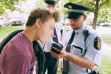 Čtyři mladistvé pod vlivem alkoholu předali během uplynulého víkendu strážníci zákonným zástupcům