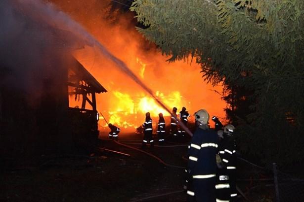 Popis: U požáru v Nové Vsi nad Popelkou zasahovalo deset jednotek hasičů.