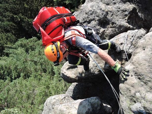 Popis: Hasiči cvičili záchranu turisty, který spadl ze skály v Měsíčním údolí.