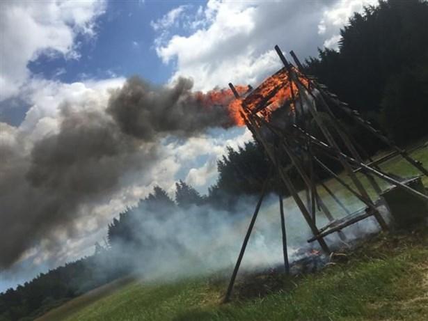 Popis: Požár myslivecké kazatelny na Jívové.