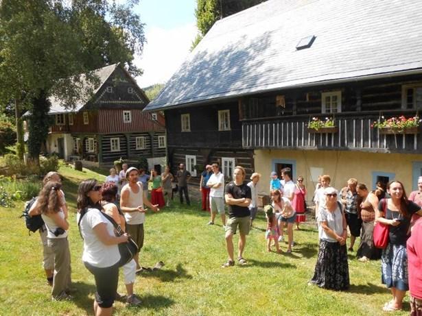 Popis: Prezentace a obnova tzv. podstávkových domů i drobných sakrálních památek ve vesnické památkové zóně Merboltice.