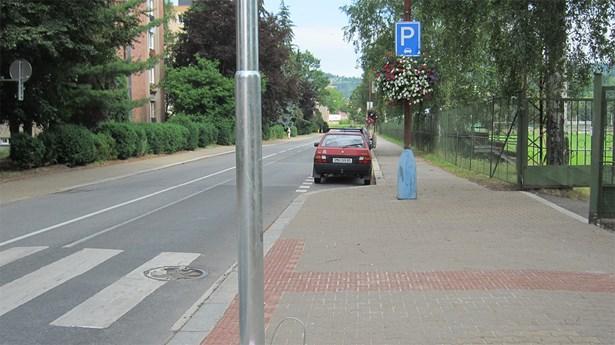 Popis:  Luční ulice dnes - vyznačené podélné parkování přispělo ke zklidnění dopravy a větší bezpečnosti chodců.
