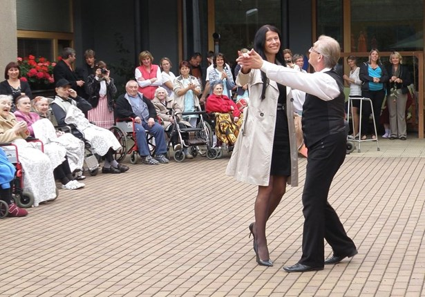 Popis: Kulturní program doprovázel ve čtvrtek 24. září oslavy 70 let Domova důchodců v Rokytnici nad Jizerou.