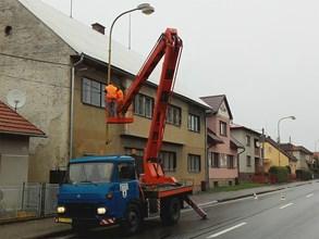 V ulic�ch Vala�sk�ch Klobouk� se rozsv�t� �sporn� ve�ejn� osv�tlen�