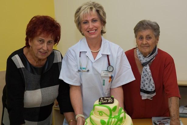 Popis: Pacienti s lékaři a sestřičkami oslavili 20 let dortem.