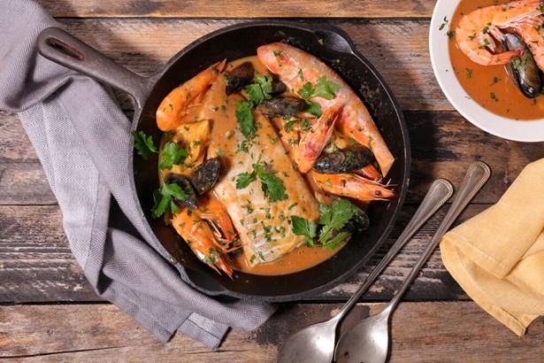 Popis: Francouzská bujabéza kombinuje chutě hned několika druhů mořských ryb, ale i korýšů a dalších plodů moře.