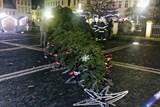 Hasiči zasahují u spadlých stromů, na zemi skončil i vánoční strom v České Lípě