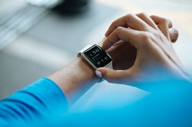 Chytré náramky a hodinky myslí na geeky a sportovce, Bonda z vás neudělají
