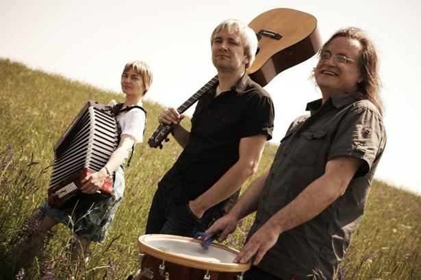 Popis: Žamboši - folkové trio ze Vsetína + Jan a Stanislava Žambochovi a bubeník Jiří Nedavaška.