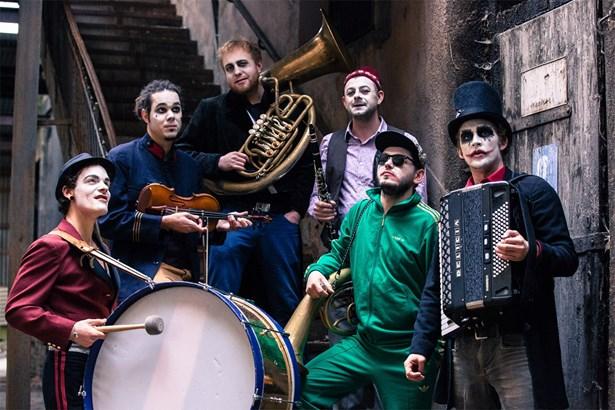 Popis: Parta pražských punkových klaunů Circus Problem.