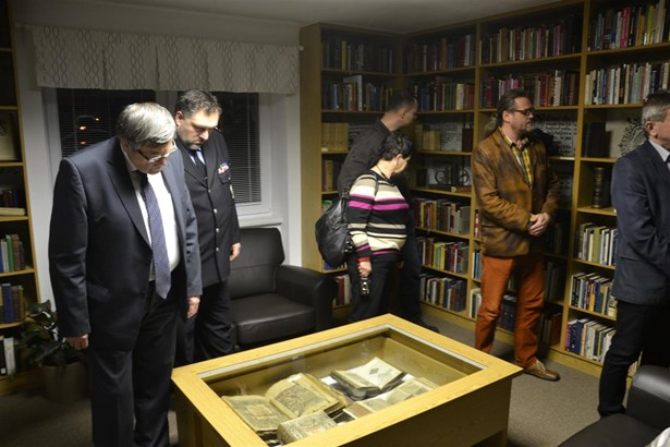 Popis: Host� p�i prohl�dce nov�ho Mal�ho muzea Bible.