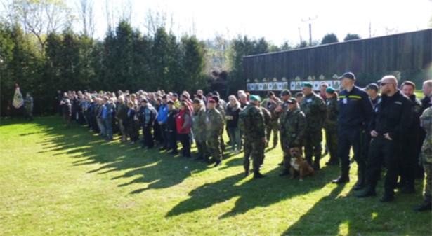 Popis: V úvodu soutěže uctili účastníci memoriálu památku padlých vojáků minutou ticha.
