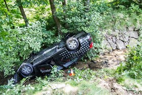 Osobn� automobil skon�il po dopravn� nehod� na st�e�e v potoce