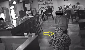 P�epadl bar se zbran� v ruce, policist� p�traj� po jeho toto�nosti