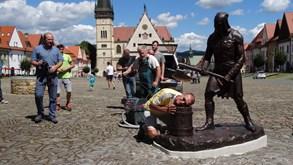 Turist� v Bardejov� r�di strkaj� hlavy pod katovu sekeru