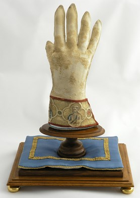 Rukavice sv. Vojt�cha � jedine�n� pam�tka ze sklonku  14. stolet� bude vystavena na hrad� Veve��