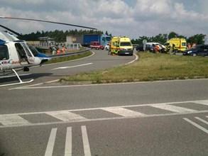 P�i nehod� osobn�ho vozidla a dod�vky se zranilo p�t lid�
