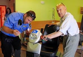 Str�n�ci v �esk�m T��n� vybavuj� DNA voz�tka pro seniory a invalidy