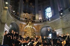 Luksovo Collegium 1704 se ve Versailles do�kalo neutichaj�c�ho aplausu