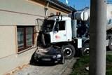 Po nehodě bylo nutné zajistit poškozený dům