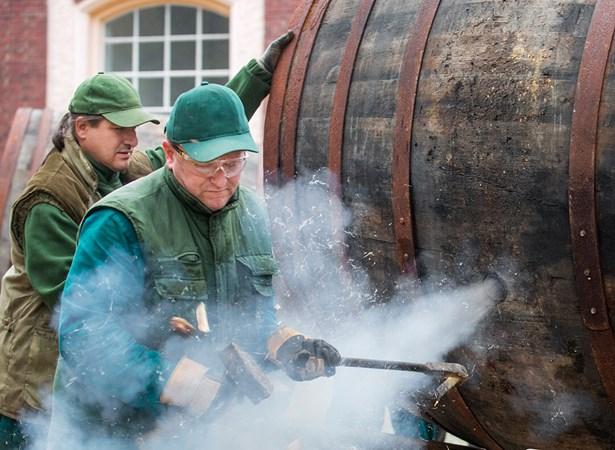 Popis: Celkem třináct dubových sudů o objemu zhruba 40 hektolitrů úspěšně opravili a vysmolili bednáři Plzeňského Prazdroje. V sudech nyní opět bude kvasit a zrát ležák Pilsner Urquell.