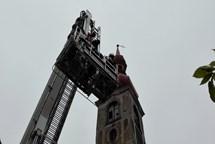 Ulomený kříž na věži kostela ohrožoval obyvatele Jindřichovic pod Smrkem
