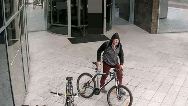 Popis: Neznámého muž podezřelý z krádeže jízdního kola.