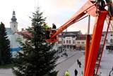 Masarykovo náměstí v Rožnově už zdobí vánoční strom i betlém