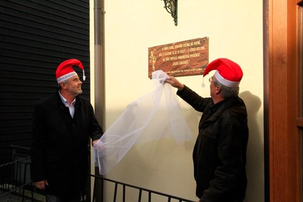 Popis: Petr Řezníček, starosta města Chrudimi, a Milan Zavadil, majitel hotelu Fortna, odhalují desku.