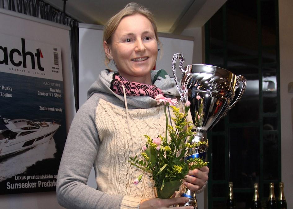 Popis: Veronika Kozelská Fenclová s trofejí.