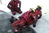 Hasiči trénují záchranu osob z ledu