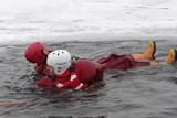 Další ostravští hasiči trénovali na hlučínské štěrkovně záchranu osob z ledu
