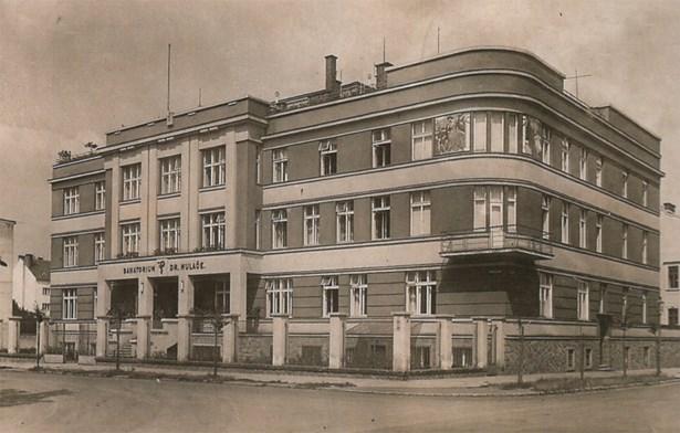 Popis: Mulačova nemocnice z Dvořákovy ulice (rok 1935).