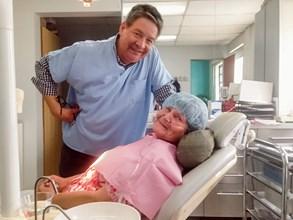 Zubař Dr. Clarkové ošetřuje první Čechy